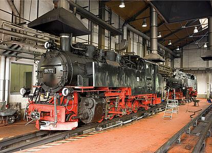 Zwei Dampflokomotiven in der Lokwerkstatt